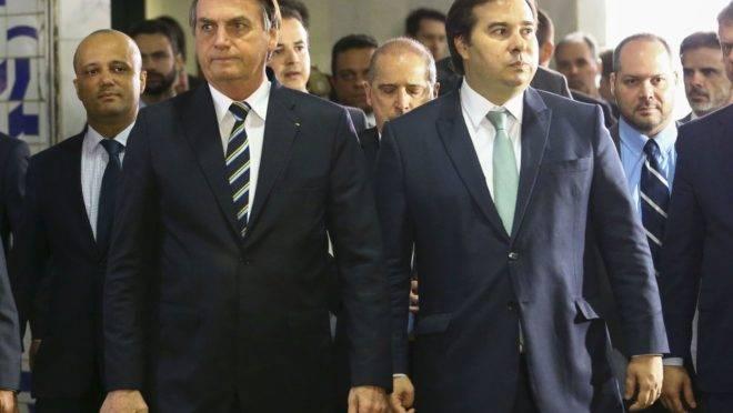 Bolsonaro se encontra com Rodrigo Maia; retaliação do Congresso contra o governo teria sido o assunto