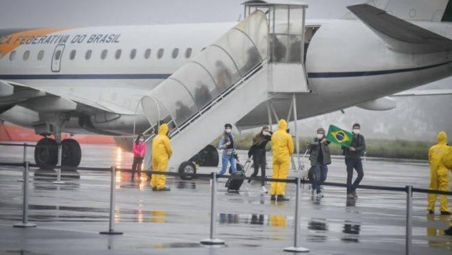 Brasileiros resgatados na China chegam para quarentena em Anápolis, Goiás.