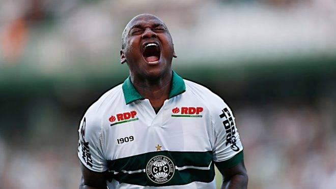 Sassá comemora gol em goleada por 6 a 1 sobre o União
