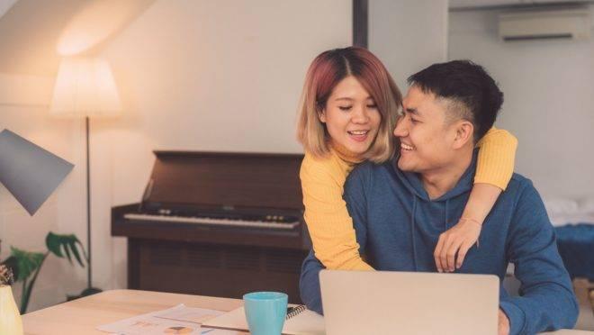 O que causa os problemas não é nem o dinheiro nem a falta dele, mas a falta de comunicação sobre as finanças do casal.