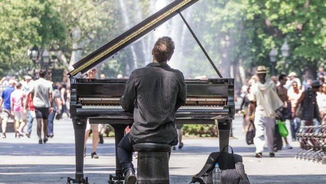 Pianista toca seu piano em praça pública
