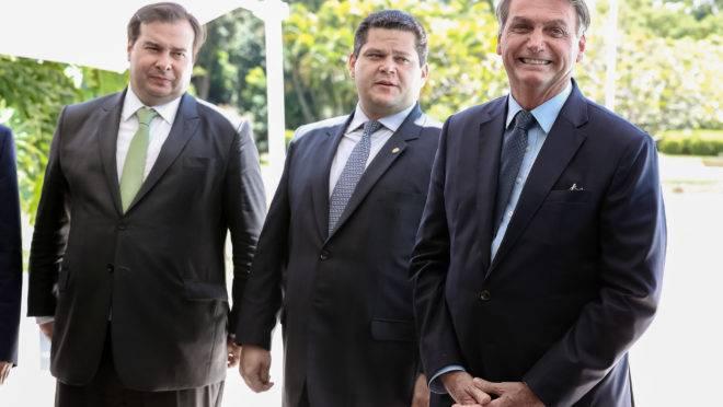 Rodrigo Maia, presidente da Câmara, e Davi Alcolumbre, presidente do Senado, ao lado do presidente da República Jair Bolsonaro.