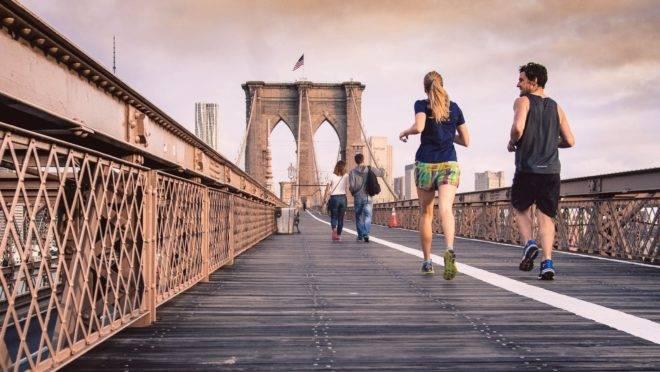 Exercitar-se acompanhado fortalece seu relacionamento e é muito mais divertido, aumentando a probabilidade de você se manter firme no propósito.
