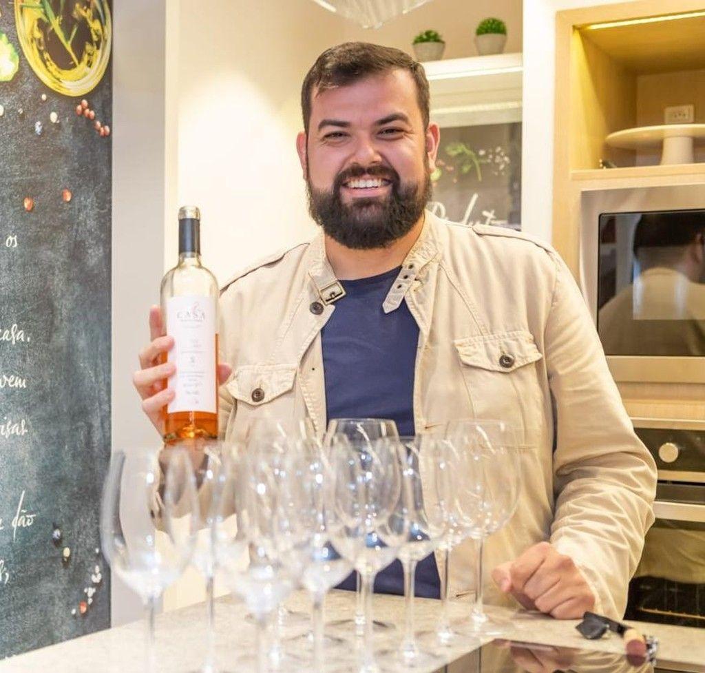 Philipe Lima, enólogo da Vinícola Família Fardo, comanda a degustação gratuita de vinhos rosés na Mercadoteca.
