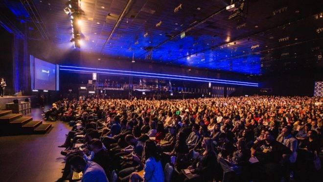 qual-e-o-futuro-dos-eventos-plateia-assistindo-palestras