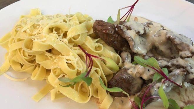 Goujons de mignon ao creme de poivre vert com tagliatelle na manteiga – uma das opções de prato principal do Summer Gourmet Festival do restaurante Vindouro.