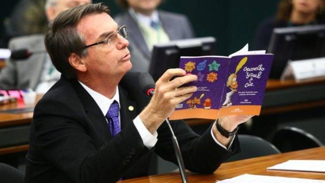 Jair Bolsonaro, na Comissão de Educação, em 14 de junho de 2016, ao mostrar livro que estava sendo analisado para uso no ensino fundamental.