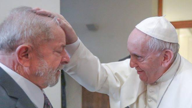 Lula recebe a bênção do papa: encontro para conversar sobre a desigualdade no mundo, segundo o ex-presidente.
