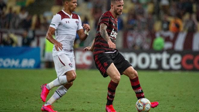 Léo Pereira se lesionou contra o Fluminense.