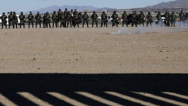 Agentes da Patrulha de Fronteira dos EUA participam de treinamento em frente ao muro que divide Sunland Park, Novo México (EUA), e Ciudad Juarez, no estado mexicano de Chihuahua, 31 de janeiro de 2020