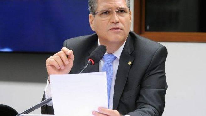 Deputado Francisco Jr. é o presidente da Frente Católica