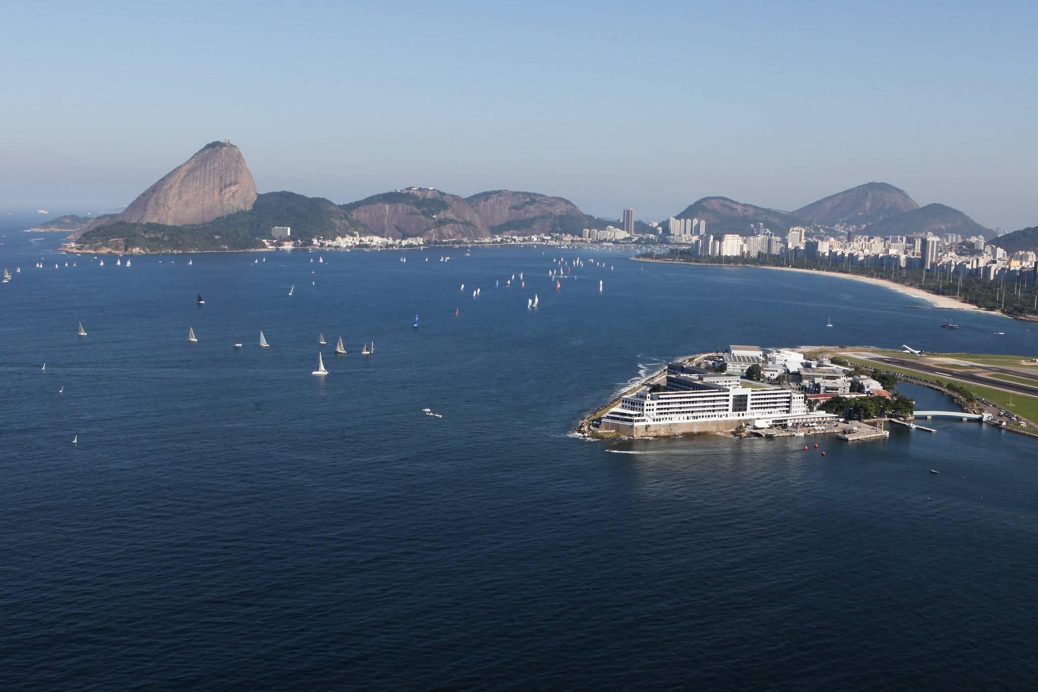 Vista aérea da Escola Naval (em primeiro plano), na Baía da Guanabara. Foto: Marinha/Flickr