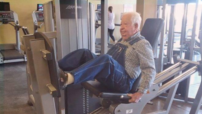 O professor aposentado Lloyd Black frequenta a academia três vezes por semana e, em um ano, ganhou mais disposição para suas atividades de rotina e triplicou sua resistência.