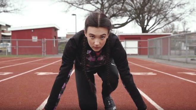 As meninas argumentam que a presença de trans nas pistas de atletismo tira delas a oportunidade de conseguirem bolsas de estudo em faculdades de renome.
