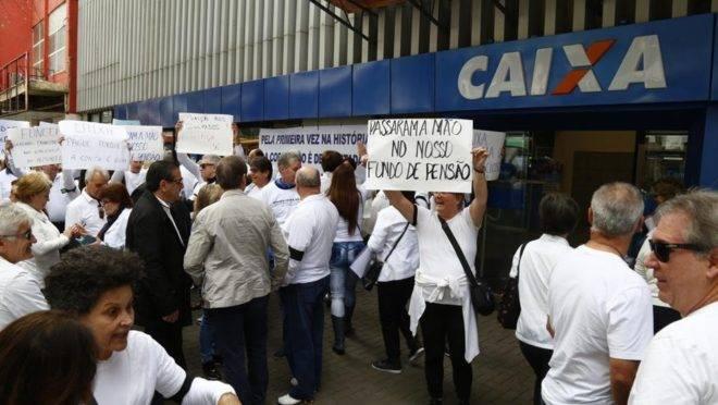 Protesto de 2017 de aposentados da Caixa contra plano de equacionamento do Funcef: déficits dos fundos de pensão foram cobertos, em parte, por descontos maiores dos funcionários ativos e inativos.