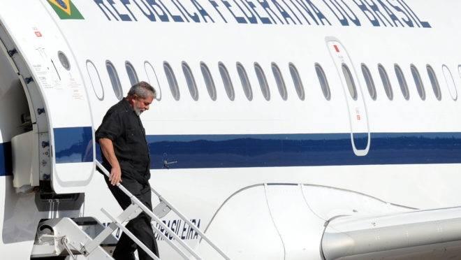 Ex-presidente Lula desembarca na base aérea de Anápolis (GO), em 2009: ministros do governo petista podiam usar jatinhos da FAB para viajar para casa.