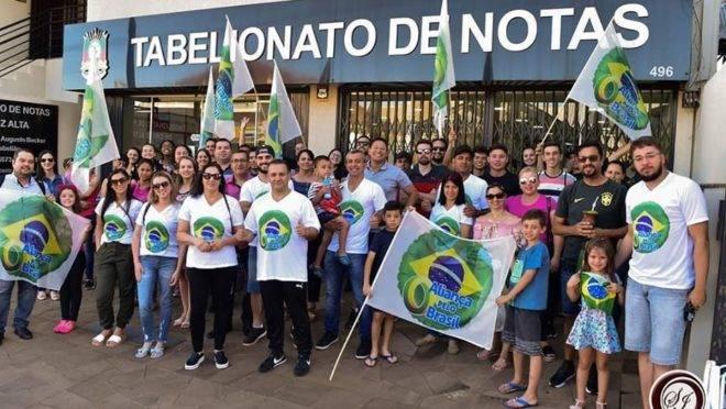 Apoiadores do Aliança pelo Brasil fazem mutirão de adesão ao novo partido de Bolsonaro em cartório de Cruz Alta (RS).