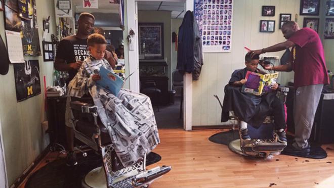 Barbearia dá desconto a crianças que leem em voz alta durante corte