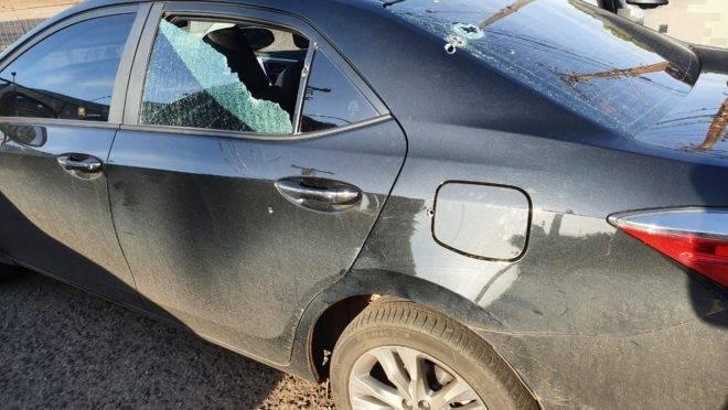 Trutis postou no Facebook a imagem do veículo atingido pelos disparos, com o vidro de uma das laterais parcialmente destruído.
