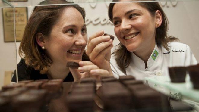 As irmãs Bibiana e Carolina Schneider passaram um ano planejando os chocolates que venderiam no grande varejo. Foto: Marcelo Andrade/Gazeta do Povo.