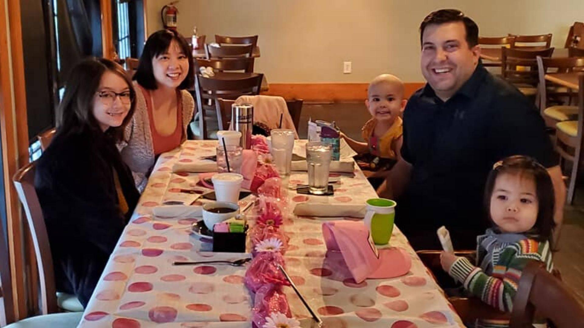 Adelaide Stanley com seus pais e irmãs no restaurante J. Wilson's no último dia 26 de janeiro. | Foto: Facebook/Vanlam Nguyen