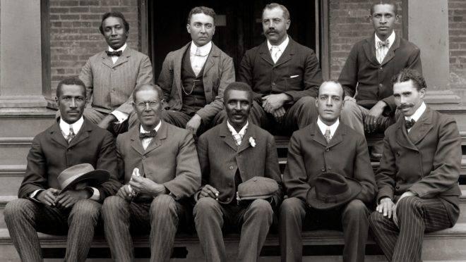 George Washington Carver (ao centro, na fileira da frente) com colegas do Tuskegee Institute.