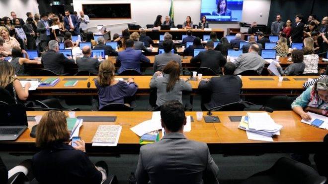 Sessão, desta terça-feira (18), da Comissão Especial sobre o Fundeb.