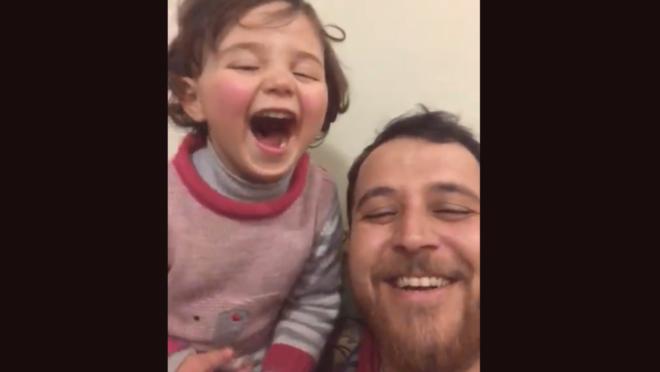 Pai cria jogo para filha rir durante bombardeios na Síria