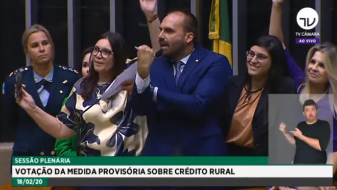 """Eduardo Bolsonaro """"dá banana"""" para deputadas que defenderam jornalista ofendida pelo presidente."""