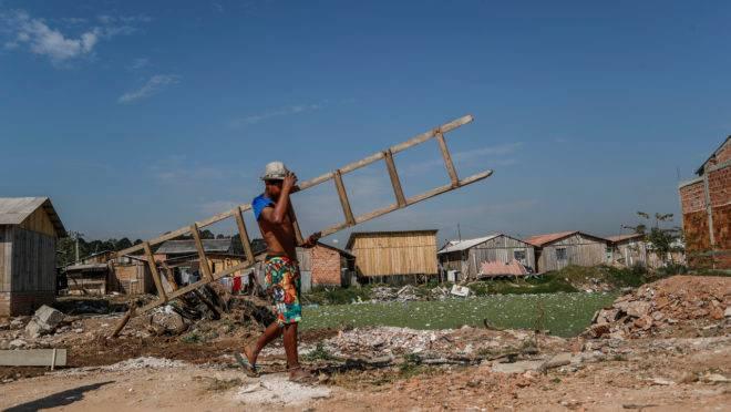 A pobreza extrema aumentou no Brasil a partir de 2014: reajustes do Bolsa Família não acompanharam a inflação nos últimos seis anos.