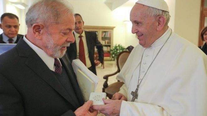 Lula encontrou Francisco, no Vaticano, no dia 13 de fevereiro: ganhou um rosário do papa.