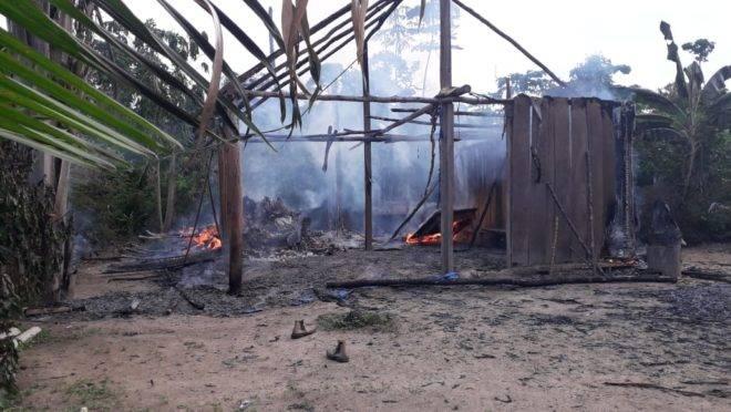 Edificação dos agricultores queimada pelos agentes do Ibama durante operação.