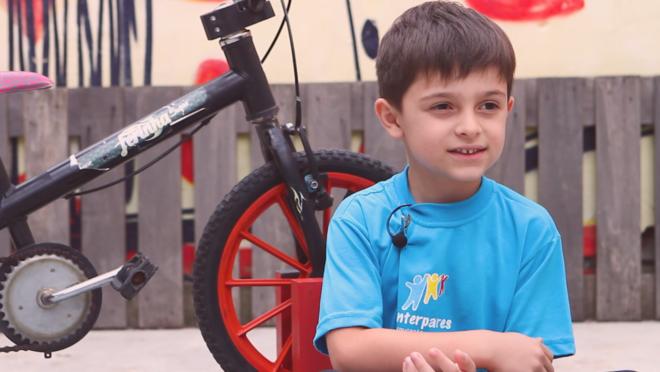 Menino inventa máquina para ajudar amigos a andar de bicicleta sem rodinhas