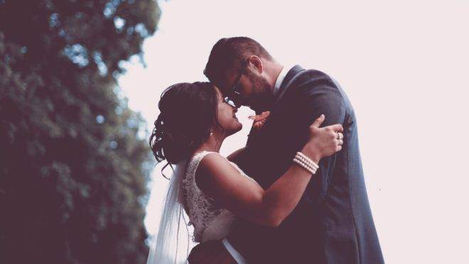 Aprender a se comunicar respeitosamente, ter empatia, se doar ao outro, ser tolerante e amadurecer fazem parte da trajetória a dois em um casamento.