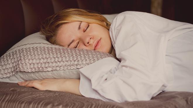 Cheirar a roupa do parceiro melhora o sono e reduz estresse