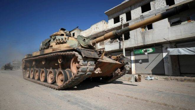 Tanque do exército da Turquia na cidade de Sarmin, a 12 quilômetros da cidade de Idlib, na Síria, 20 de fevereiro de 2020