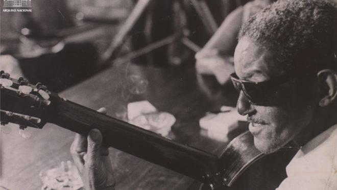 O compositor Cartola em foto de 1966.