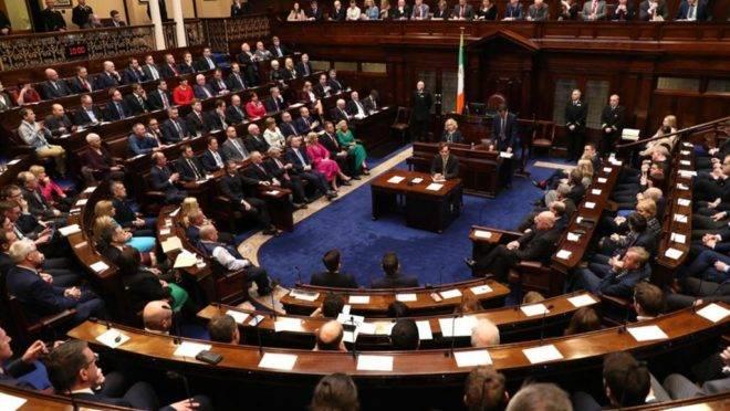 O Dail, a câmara baixa do Parlamento irlandês, na primeira sessão desde a eleição de 8 de fevereiro. O primeiro-ministro Leo Varadkar renunciou ao cargo e permanecerá como líder interino até que um novo governo seja formado