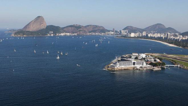 Imagem aérea da Escola Naval, no Rio de Janeiro. Navio russo foi encontrado a 80 km da costa.