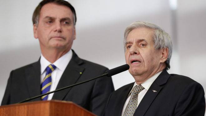 """Bolsonaro e o ministro-chefe do GSI, Augusto Heleno: ao comentar ameaça de derrubada de veto de Bolsonaro, general disse: """"Nós não podemos aceitar esses caras chantagearem a gente o tempo todo"""", referindo-se aos congressistas."""