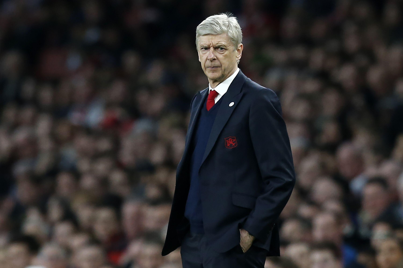 Arsène Wenger propõe mudança na linha do impedimento.