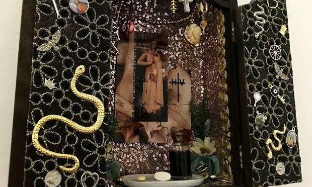 Prefeito do Rio, o bispo da Igreja Universal, Marcelo Crivella, pediu o recolhimento de ilustração com beijo gay e cancelou peça em que Jesus é representado por um travesti; mas não houve nenhuma menção à obra que satiriza a Virgem Maria.