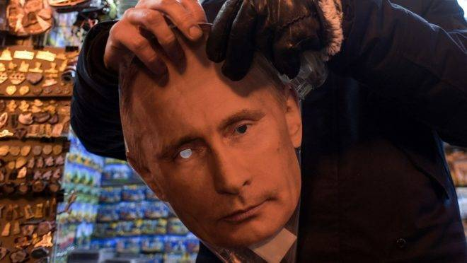Máscara do presidente Vladimir Putin em loja de São Petersburgo, Rússia