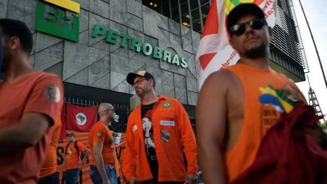 Grevistas diante da sede da Petrobras, Rio de Janeiro