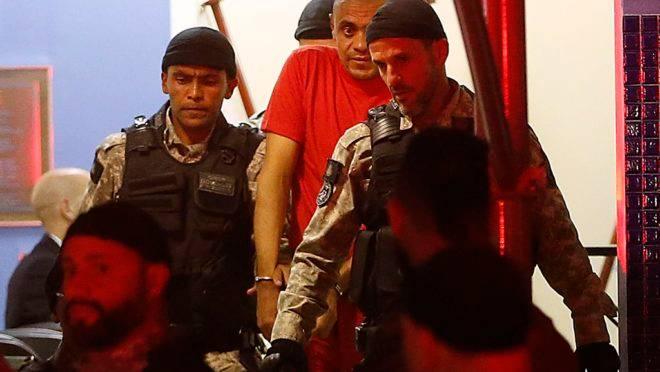 Adélio Bispo, autor da facada contra Jair Bolsonaro deixa a Polícia Federal, em Juiz de Fora, após interrogatório em 6 de setembro de 2018: ele diz ter agido sozinho.