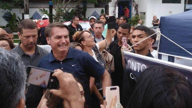 No Guarujá, Bolsonaro diz que demitiu toda a direção do Inmetro.