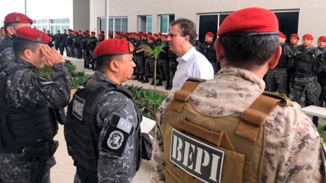 Governador do Ceará, Camilo Santana, cumprimenta policiais militares que não aderiram ao movimento grevista no Ceará.