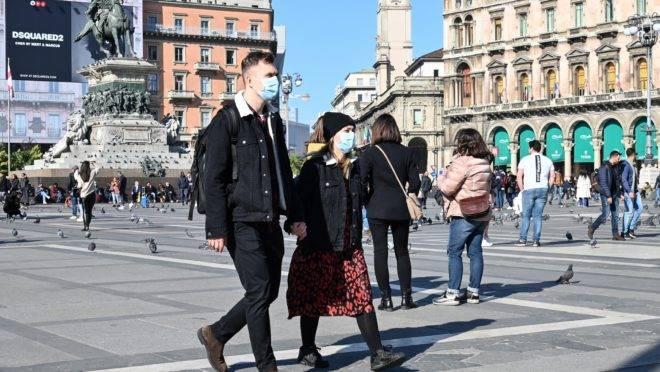 Casal usa máscara para se proteger do coronavírus, no centro de Milão, na Itália.