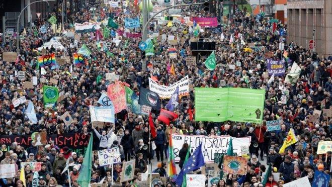 """Manifestantes participam de protesto """"Sextas para o futuro"""" sobre emergência climática, em 21 de fevereiro, em Hamburgo, Alemanha"""