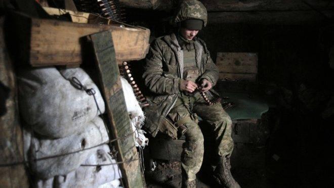 Soldado ucraniano posicionado na linha de frente com separatistas apoiados pela Rússia perto da vila de Zhelobok, região de Lugansk. Confrontos intensos no leste da Ucrânia deixaram mortos e feridos em 18 de fevereiro